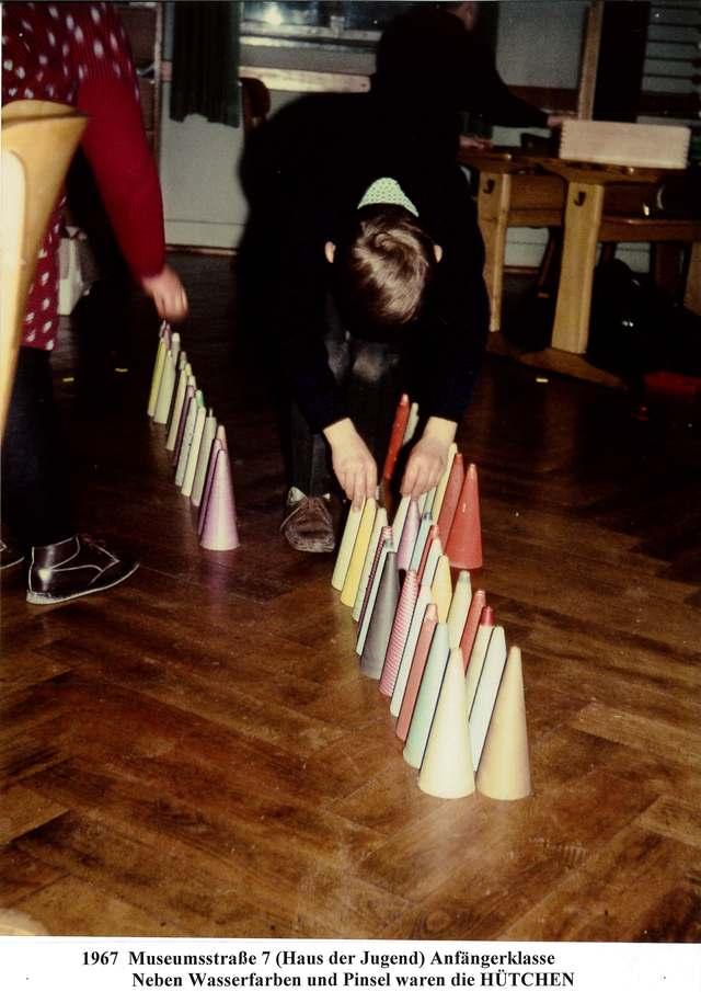 Schüler beim Spiel mit Fadenhütchen